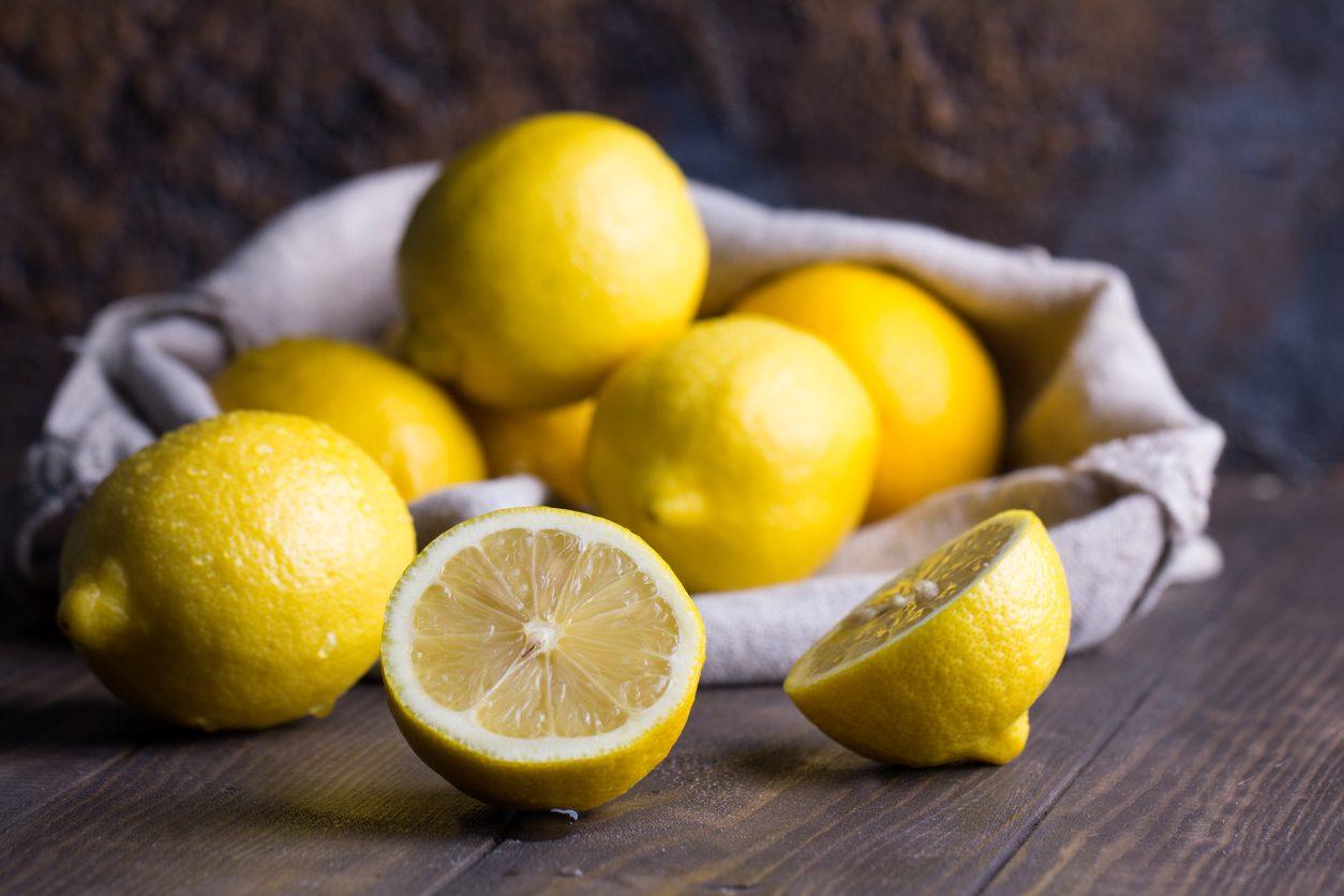 Limoni, perché sono indispensabili: 5 usi alternativi del succo di limone in cucina
