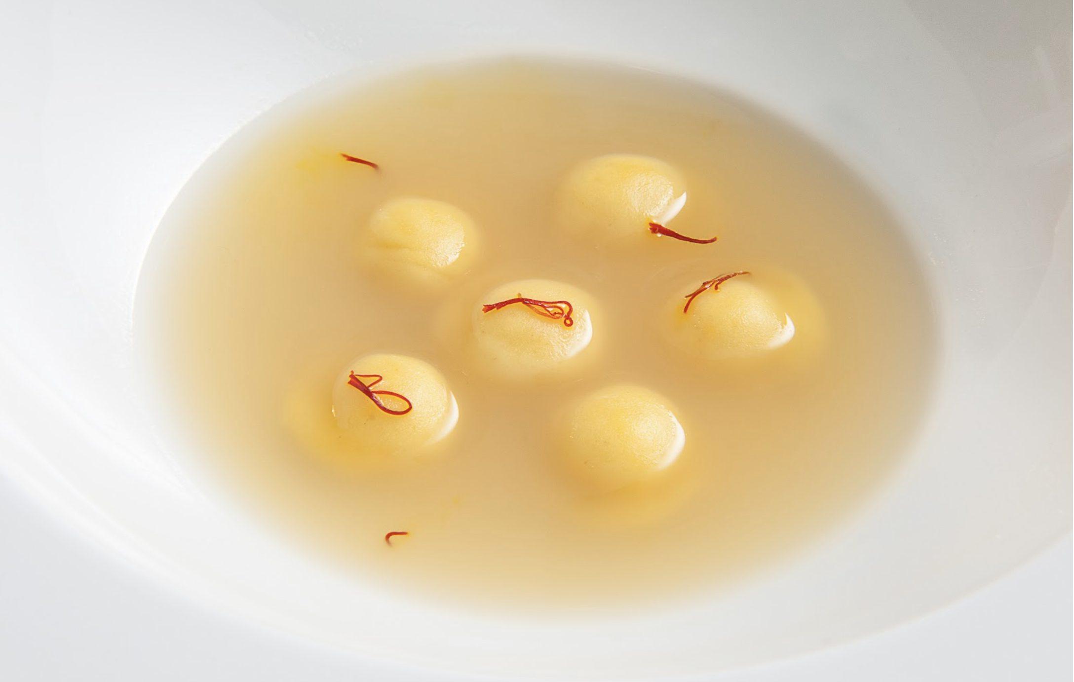 Assoluto di cipolle, parmigiano e zafferano tostato