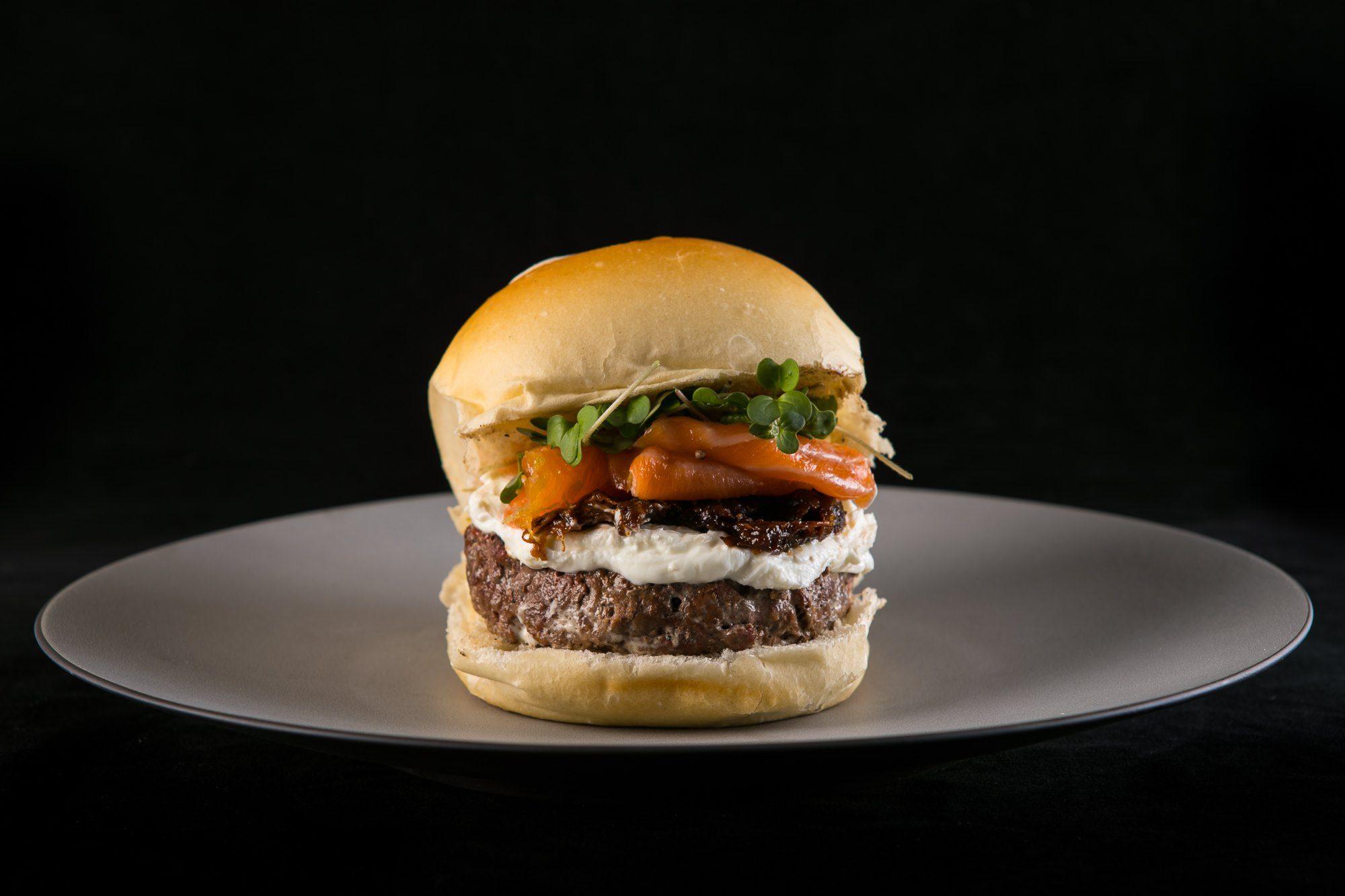 Hamburger selezionato, salmone affumicato selvaggio, prugne appassite, formaggio fresco di capra e spinacino condito con aceto di lamponi – Da Gigione