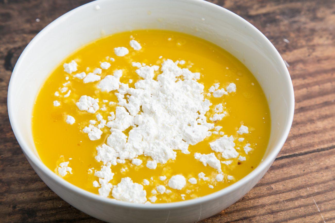 Pepite di pollo al miele, mescolate amido di mais e burro fuso