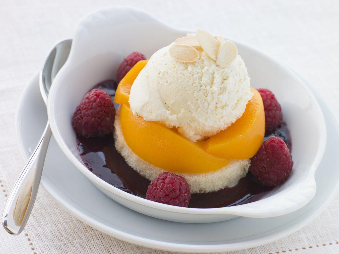 Pesca melba: la ricetta del dessert con frutta e gelato