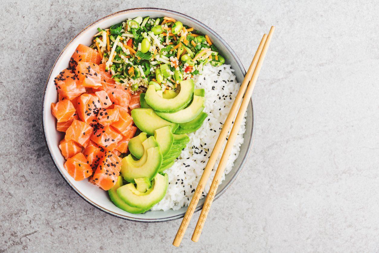 Poke bowl salmone e avocado: la ricetta del sushi dal sapore hawaiano