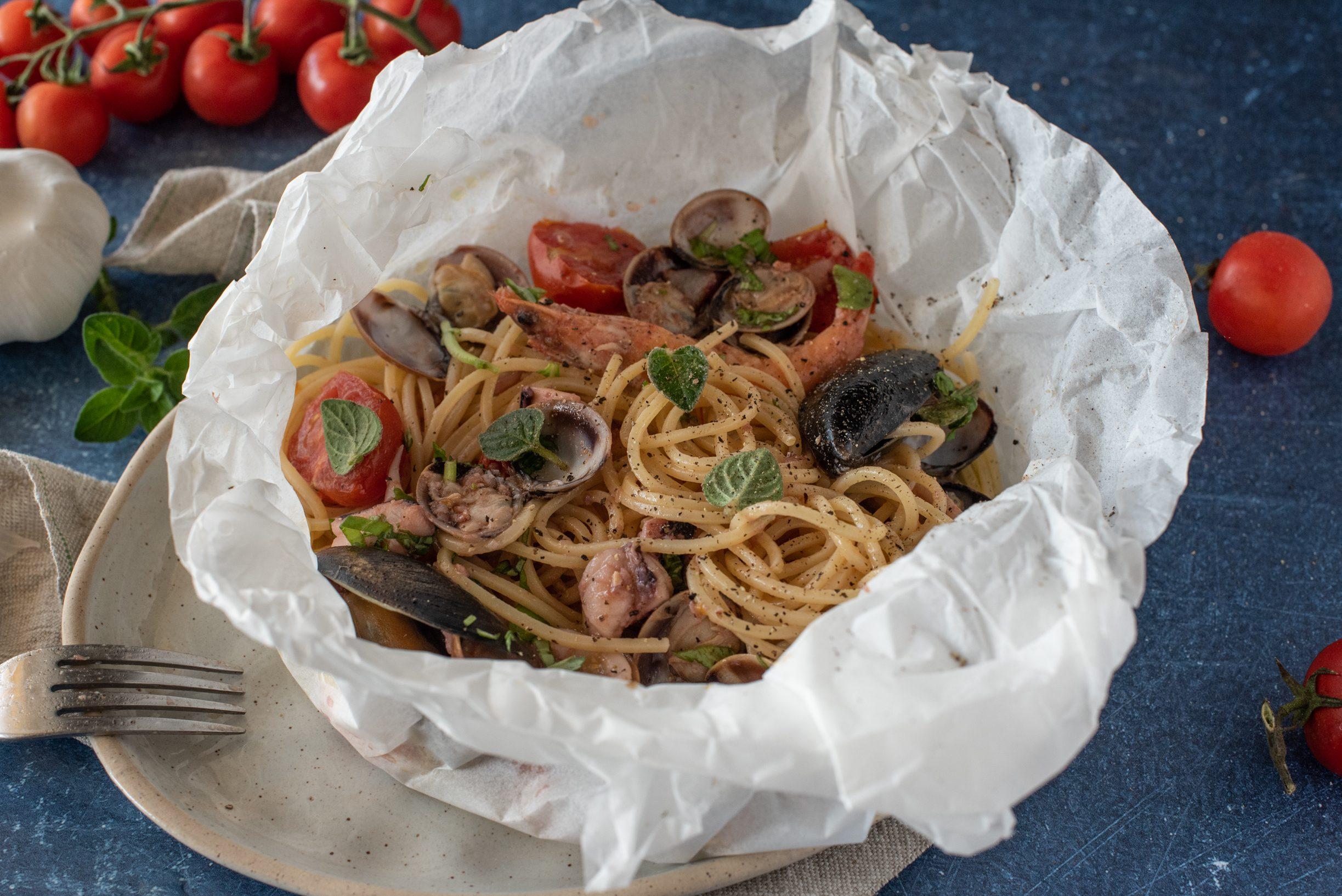 Spaghetti al cartoccio: la ricetta del primo piatto scenografico e che profuma di mare