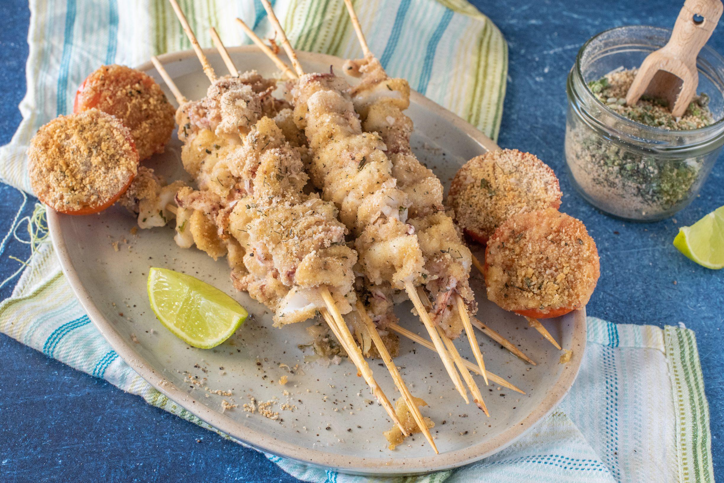 Spiedini di calamari: la ricetta del piatto veloce e dalla panatura ricca e fragrante