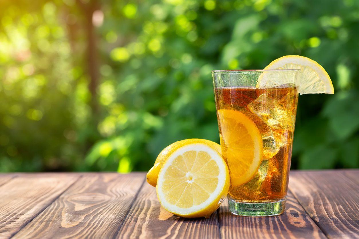 Tè freddo fatto in casa con vari gusti e metodi di infusione