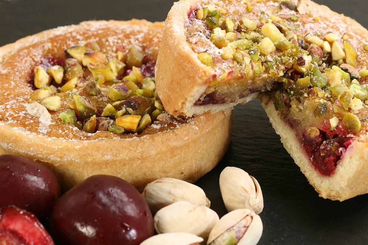 Torta di pistacchi e ciliegie: la ricetta del clafoutis genuino e profumato