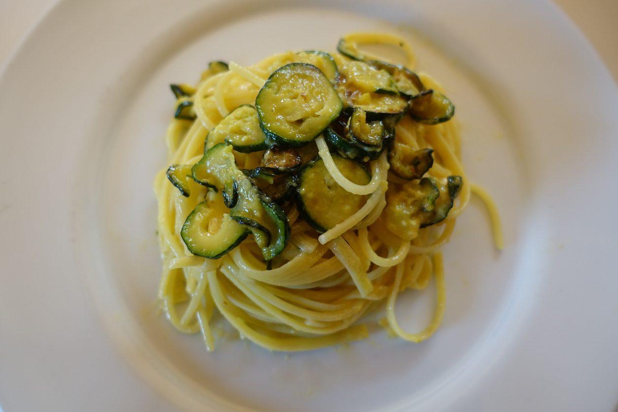Carbonara di zucchine e pancetta: la ricetta della variante cremosa e irresistibile