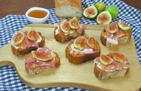 Crostini con fichi e prosciutto crudo: la ricetta delle bruschette croccanti e deliziose