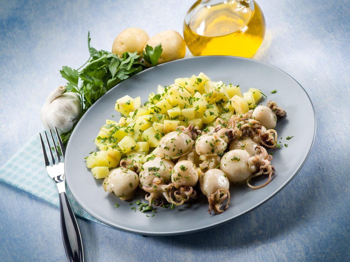 Insalata di seppie e patate: la ricetta del secondo piatto semplice e saporito