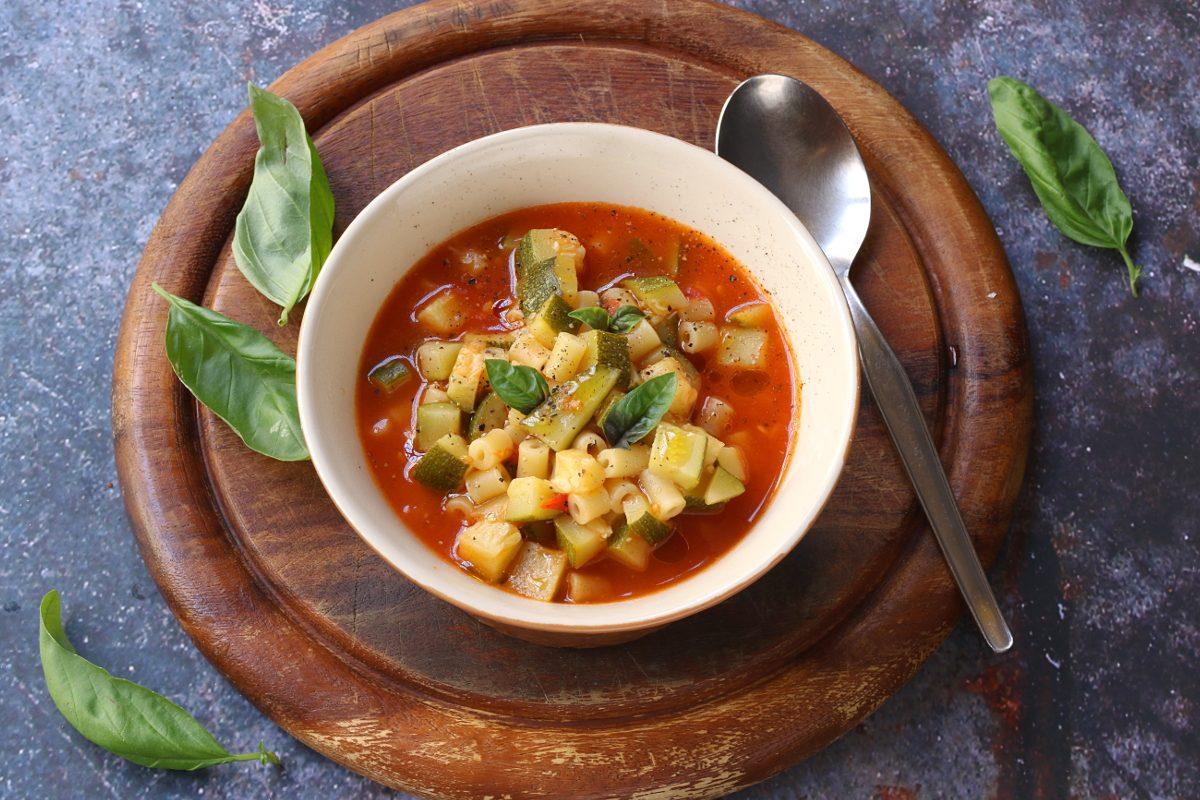 Minestra di zucchine: la ricetta del primo piatto delicato e gustoso