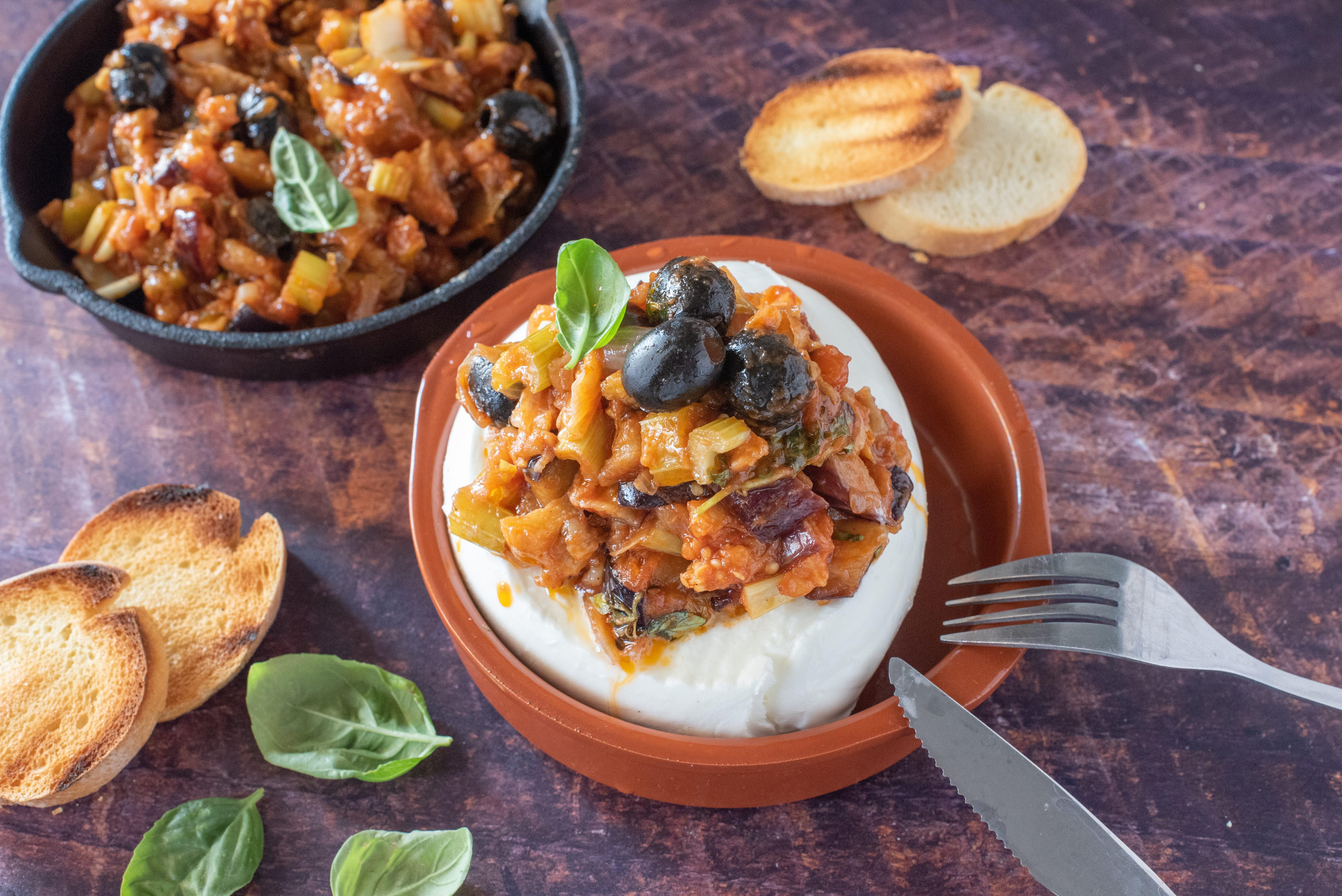 Mozzarella ripiena di caponata: la ricetta del piatto godurioso e sorprendente