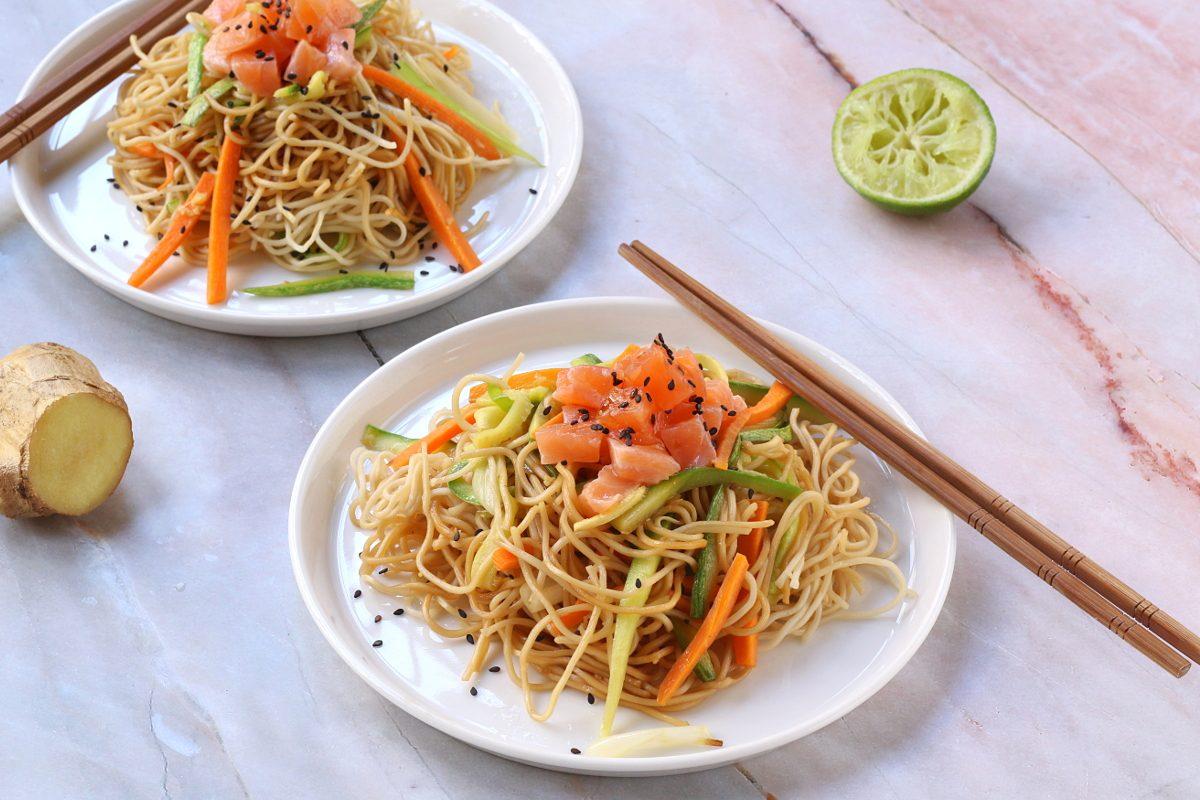 Noodles con tartare di salmone e verdure: la ricetta del primo piatto dal sapore esotico