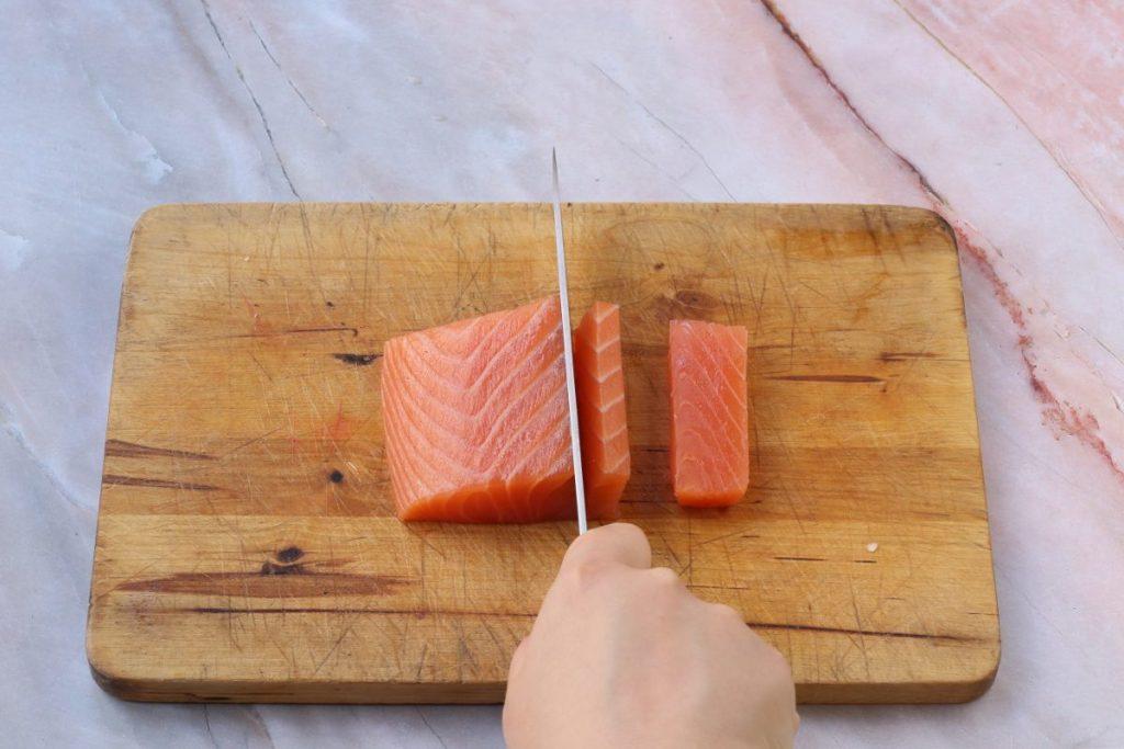 Tagliare a cubetti il salmone