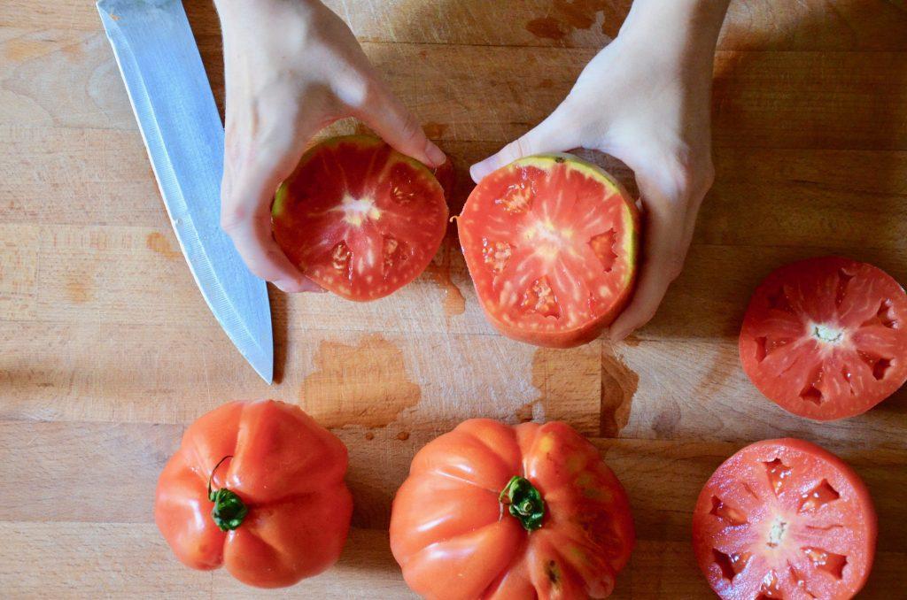 https://static.cookist.it/wp-content/uploads/sites/21/2020/07/Pomodori_ripieni_di_farro_1_tagliare-calotte.jpg