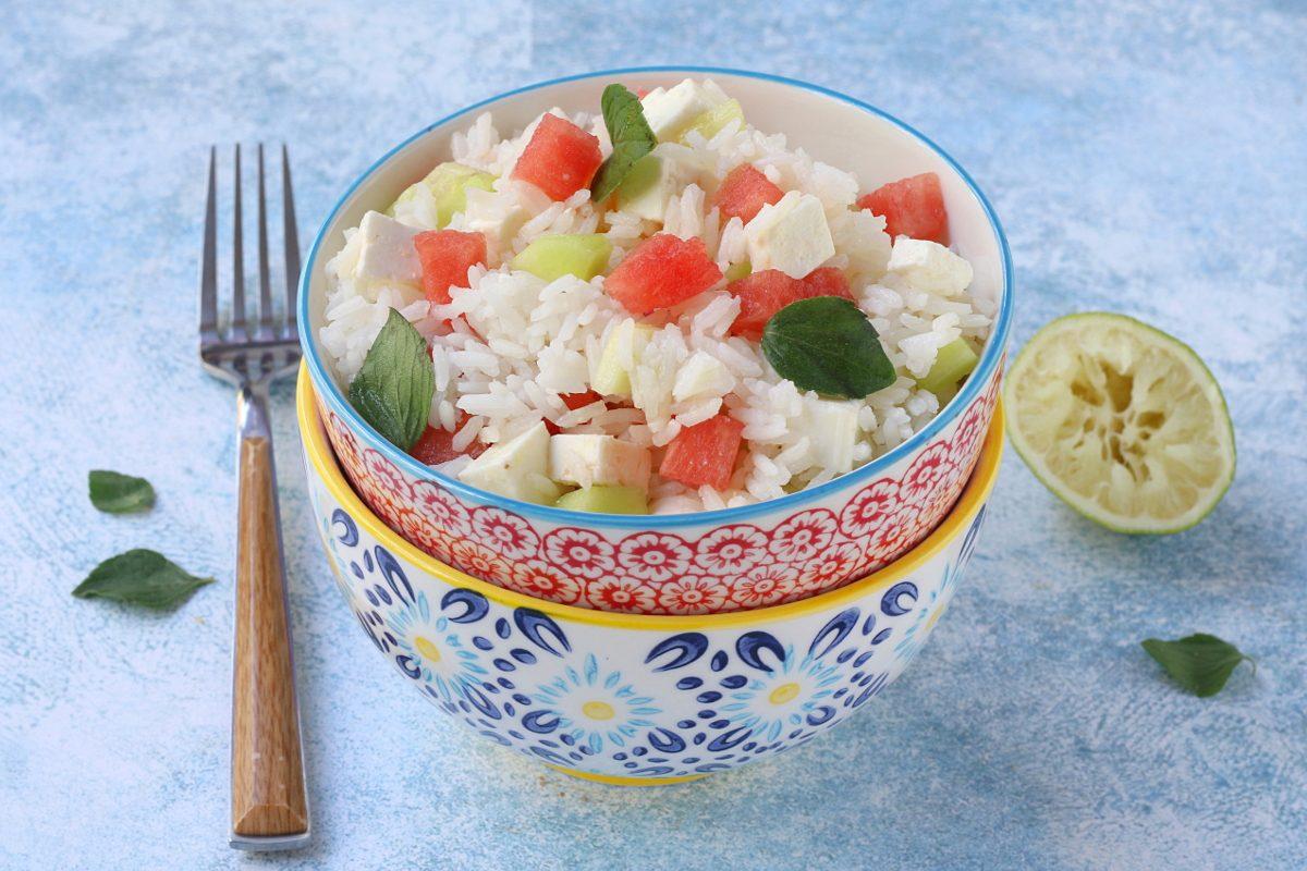 Riso freddo con anguria, primo sale e cetrioli: la ricetta del piatto fresco e leggero