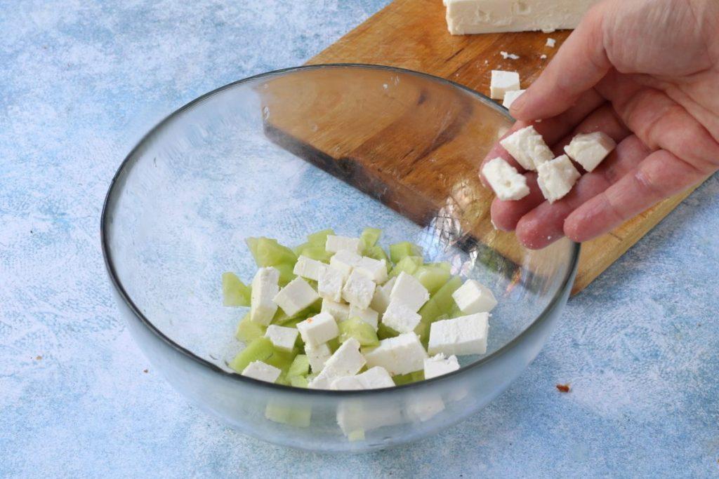 tagliare la feta e i cetrioli