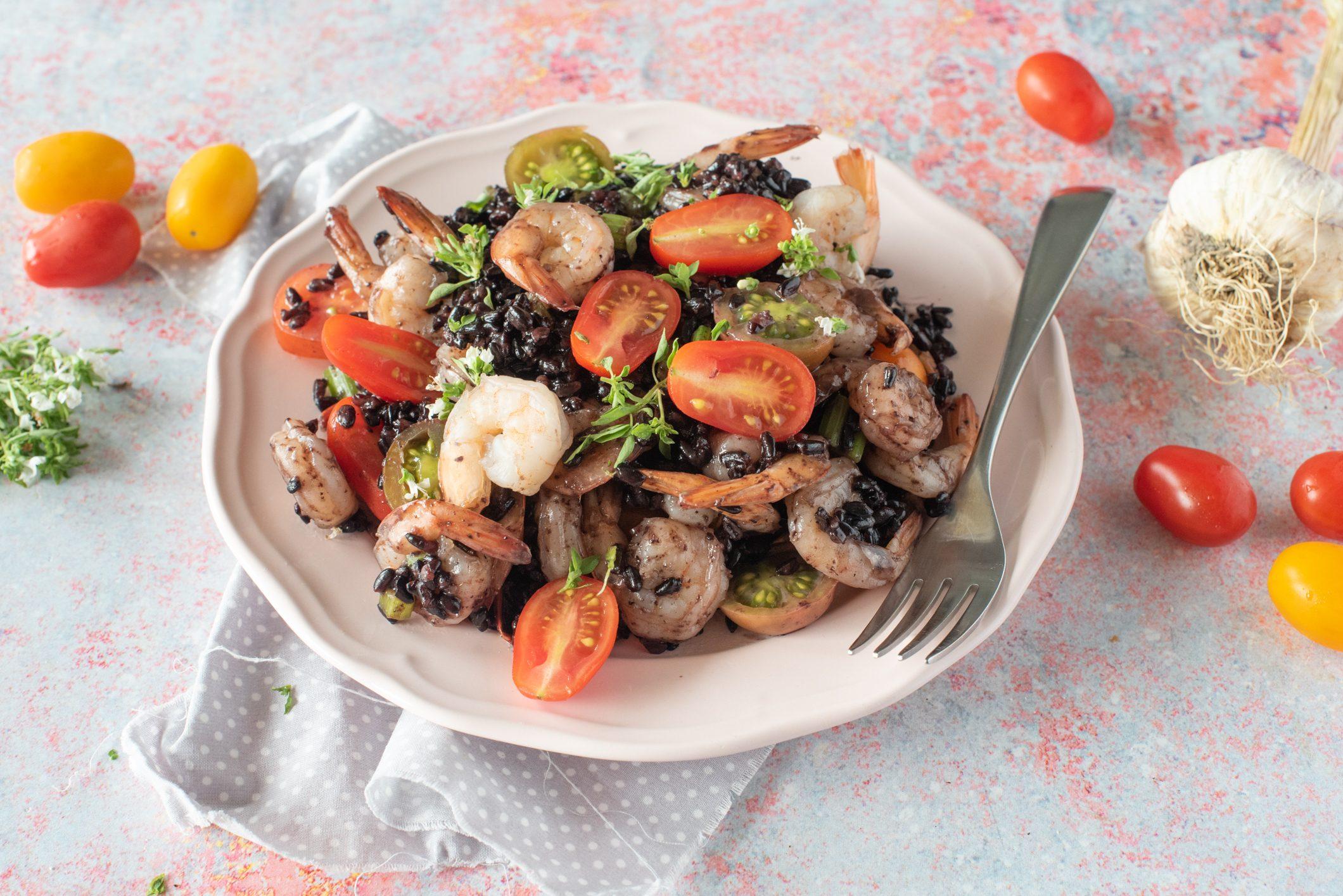 Riso venere con gamberi e pomodorini: la ricetta del piatto unico fresco e gustoso