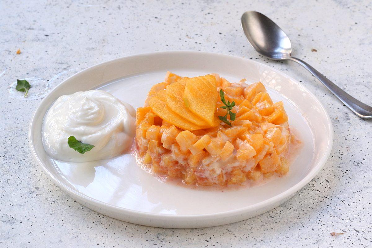 Tartare di pesche e yogurt: la ricetta del dolce al cucchiaio goloso e leggero
