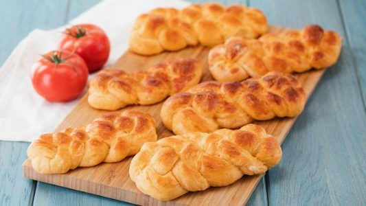 Treccine al pomodoro: la ricetta facile e sfiziosa per arricchire il cestino del pane