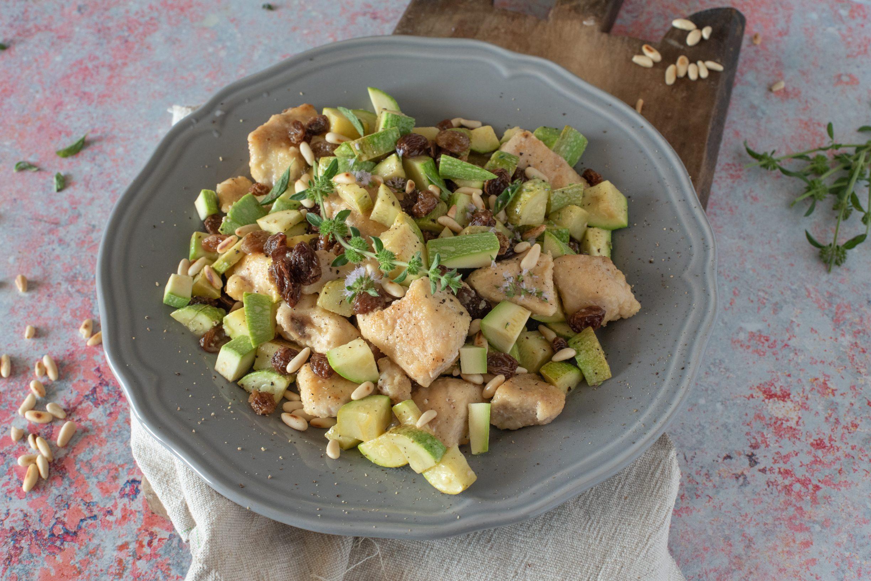 Bocconcini di tacchino con zucchine, uvetta e pinoli: la ricetta leggera e ricca di gusto
