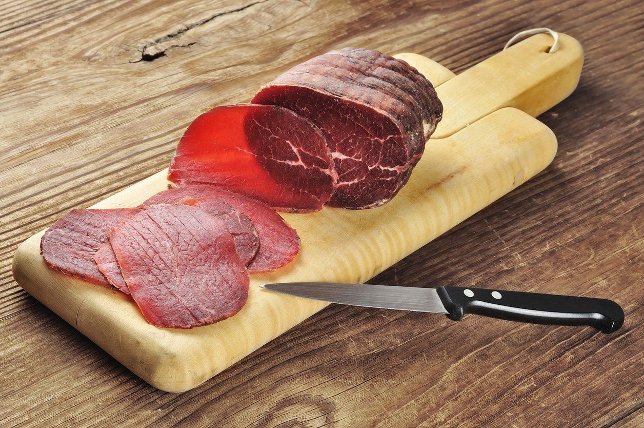 """Bresaola, il salume """"magro""""che piace a tutti: cos'è e come usarla in cucina"""