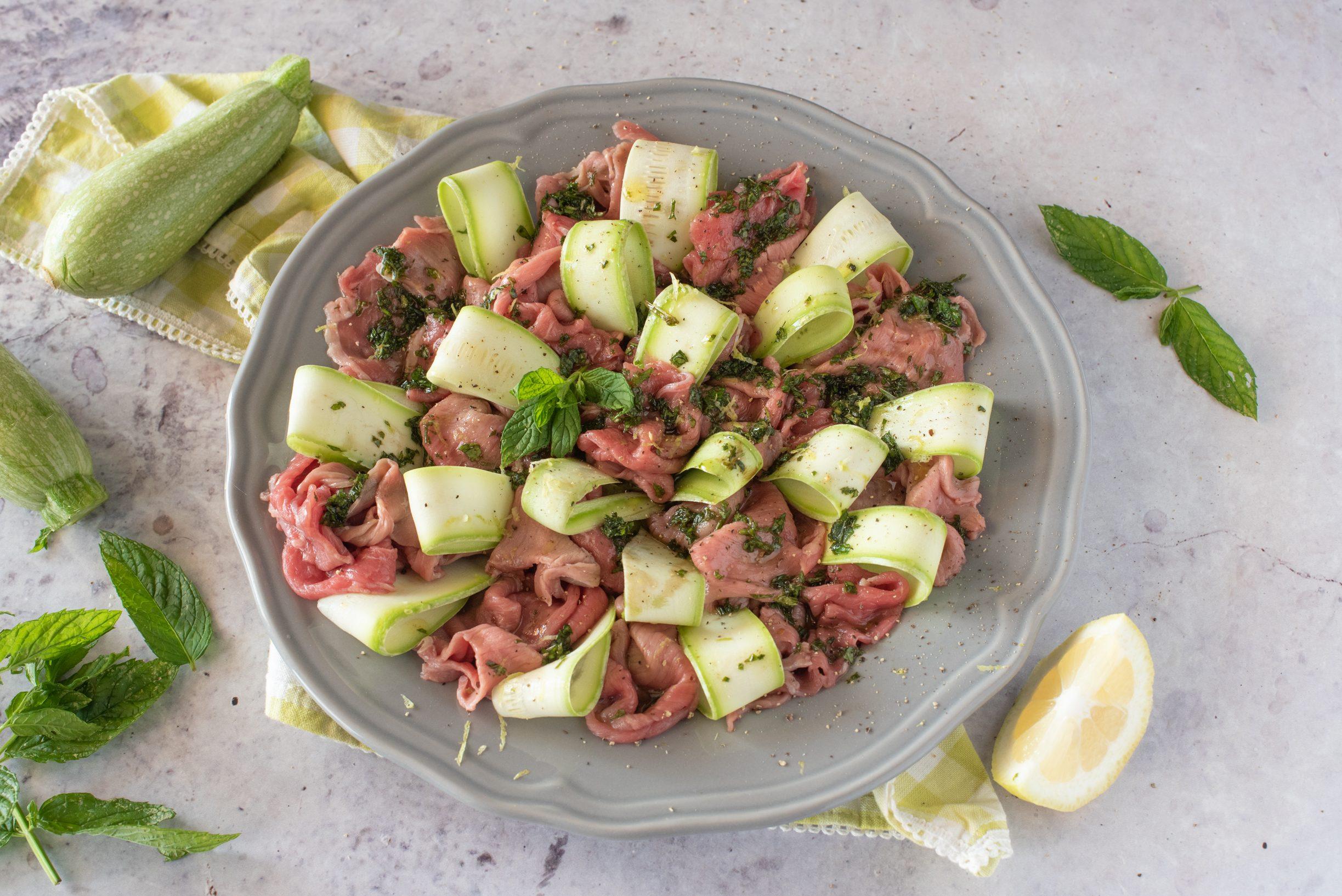 Carpaccio di manzo con zucchine e menta: la ricetta del piatto estivo raffinato e leggero