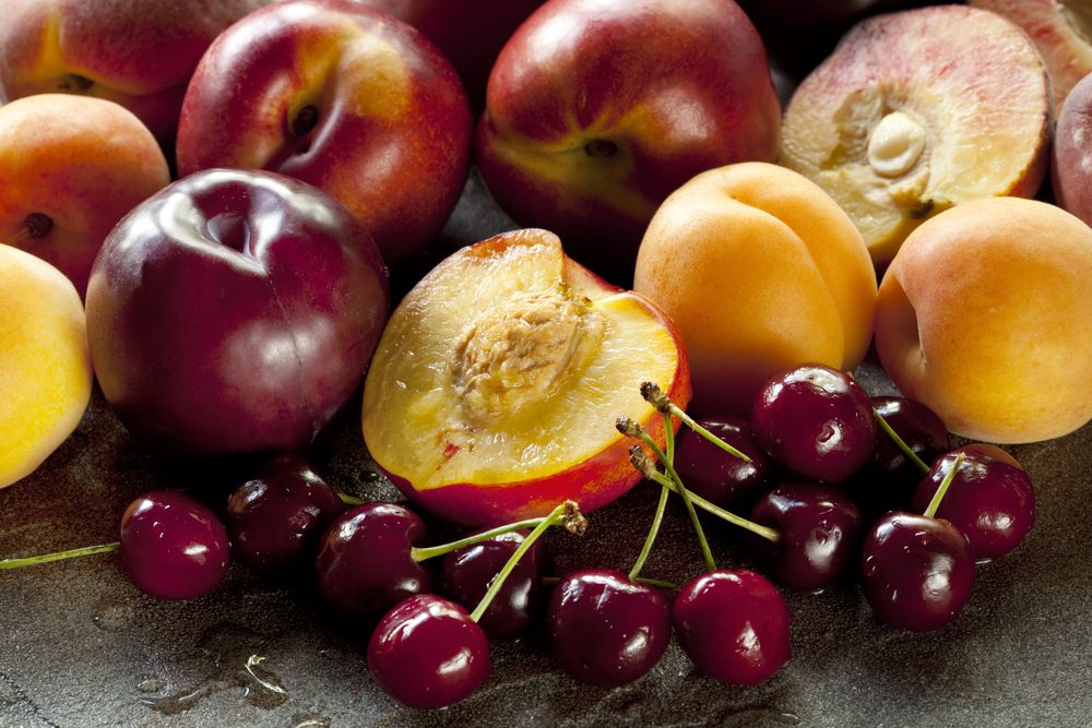 Noccioli e scarti della frutta, come riutilizzarli in casa e in giardino
