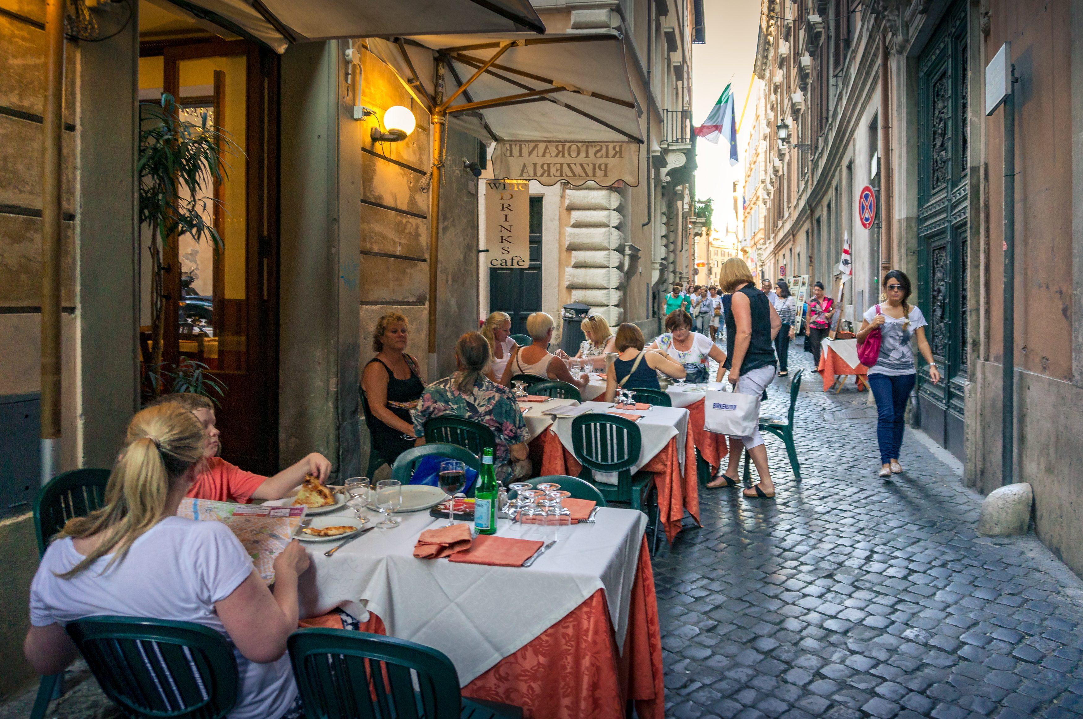 Stop al distanziamento a tavola e buffet riammessi: il nuovo decreto sulla ristorazione