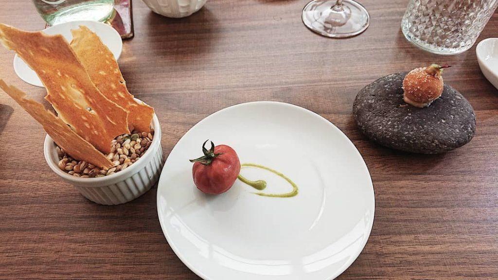 Finto pomodoro di pappa al pomodoro, Genovese croccante e chips di pane