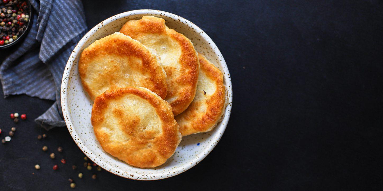 Cos'è il langos, la pizza fritta ungherese: storia e ricetta dello street food dell'Est