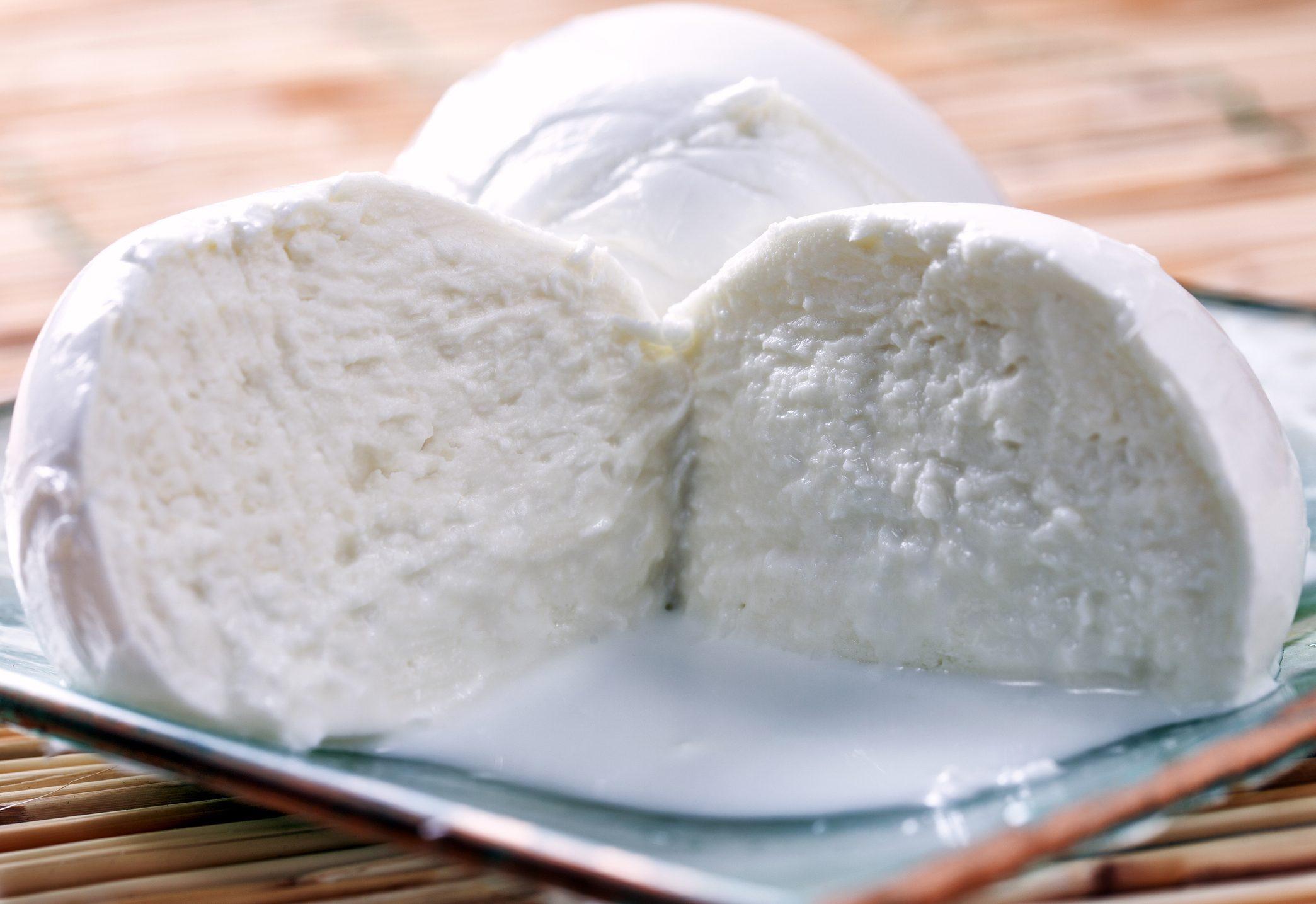 Mozzarella di bufala: la storia, le ricette e dove andare a comprarla
