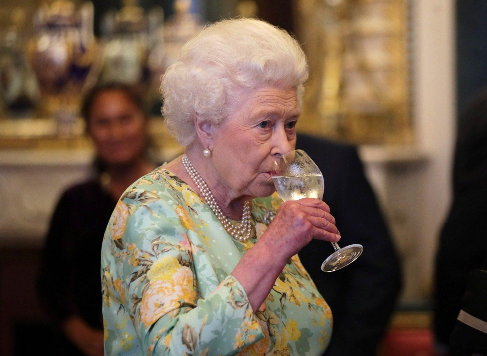 La Regina Elisabetta produce il gin con le erbe di Buckingham Palace