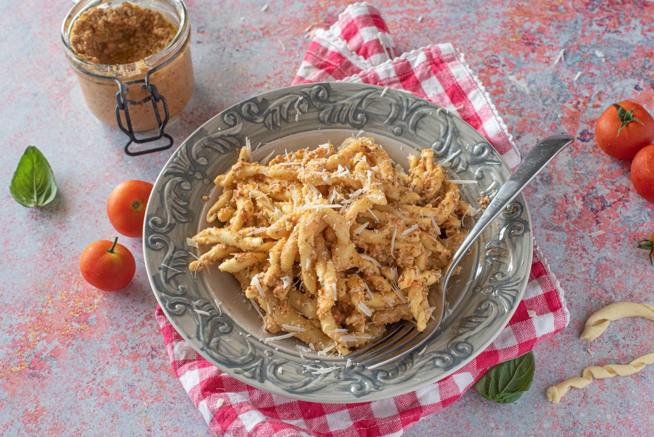 Busiate alla trapanese: la ricetta del piatto tipico siciliano fragrante e gustoso