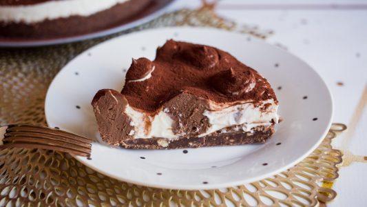 Cheesecake a pois: la ricetta golosa e scenografica con pois di cioccolato