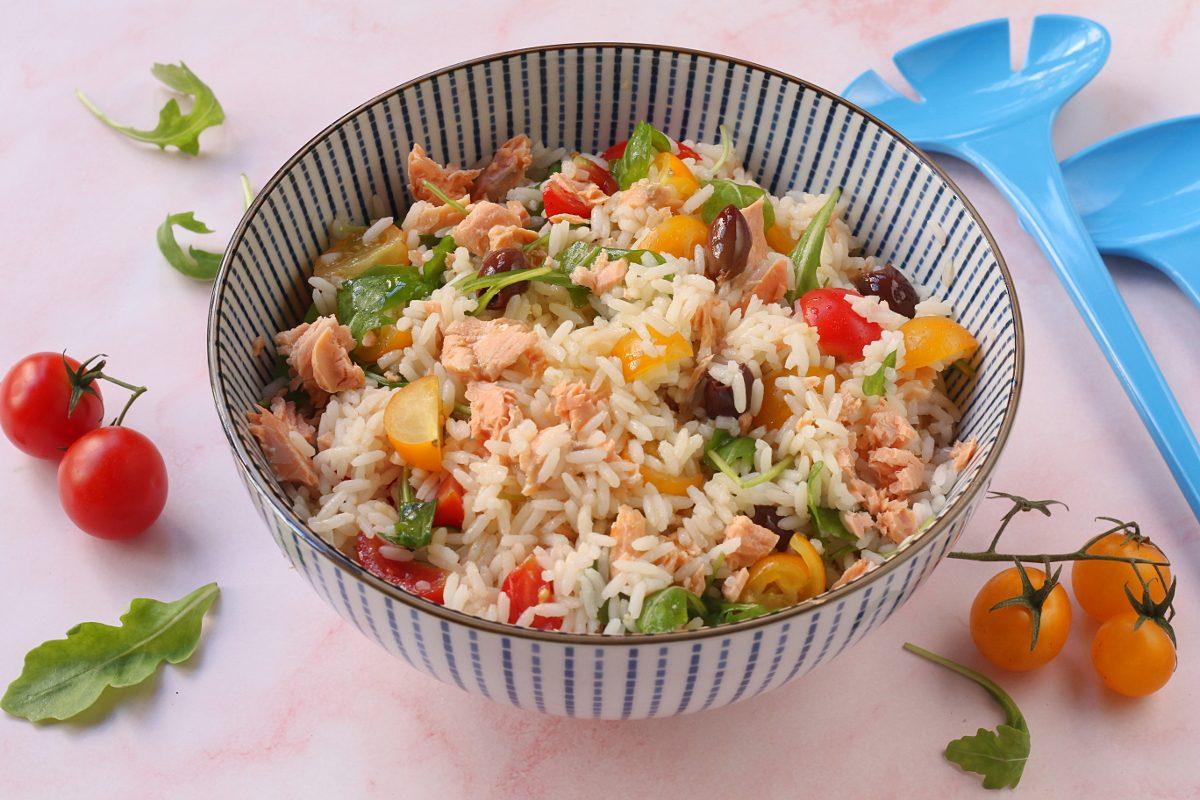 Insalata di riso con salmone e rucola: la ricetta del piatto unico ricco e colorato