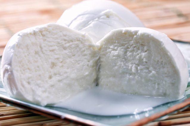 Perché la mozzarella diventa blu? Un mistero ancora da risolvere