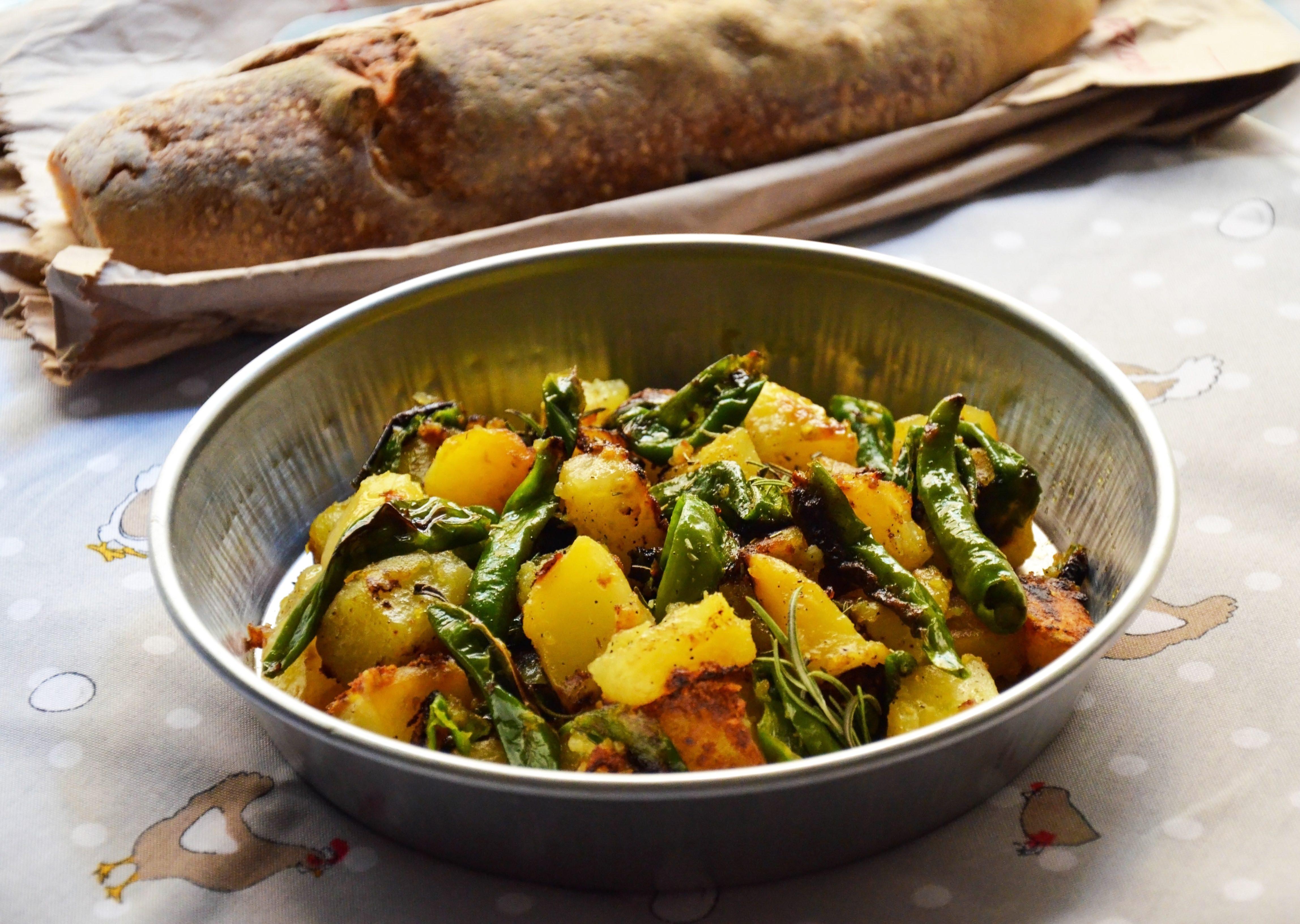 Friggitelli e patate in padella: la ricetta del contorno rustico e saporito