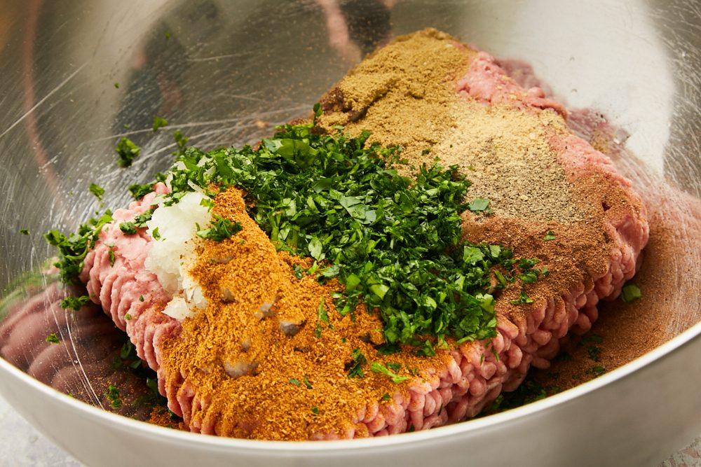 Kofta kebab, mischiare carne, aglio e spezie