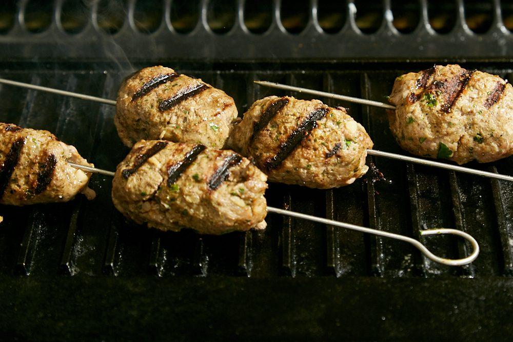 Kofta kebab, cuocere gli spiedini