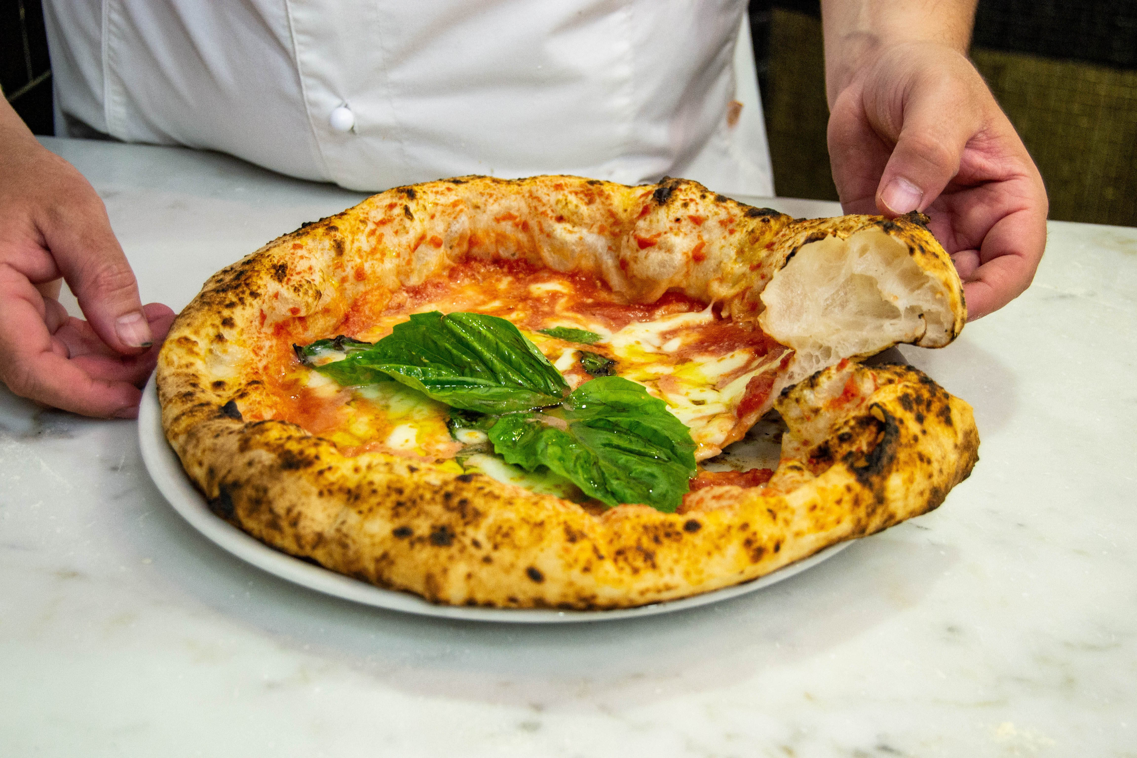 La rivoluzione della pizzeria: quel giorno in cui è nata la pizza a canotto