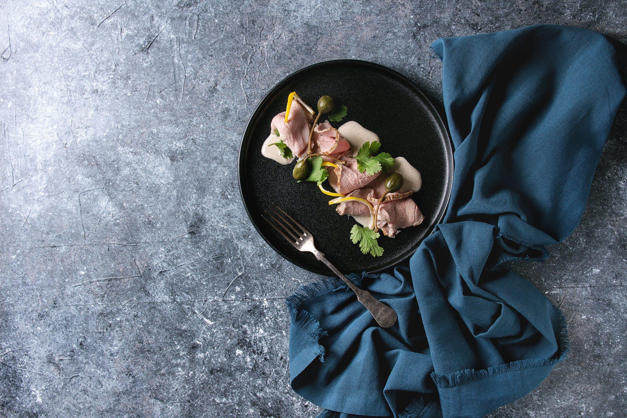 La storia del vitello tonnato: il piatto nato grazie ai contrabbandieri in Piemonte