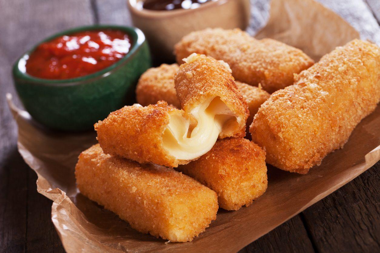 Bastoncini di mozzarella: la ricetta degli sticks croccanti e filanti