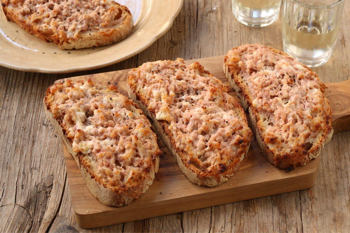 Bruschette salsiccia e stracchino: la ricetta del gustoso antipasto toscano