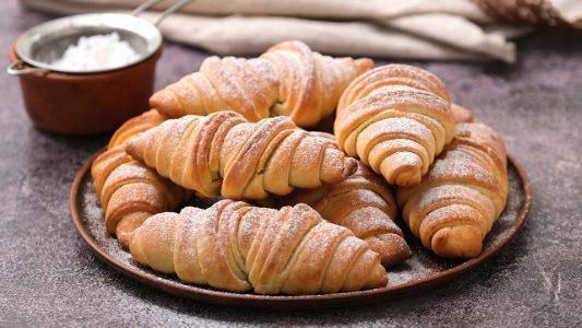 Cornetti furbi: la ricetta dei croissant facili e veloci senza sfogliatura