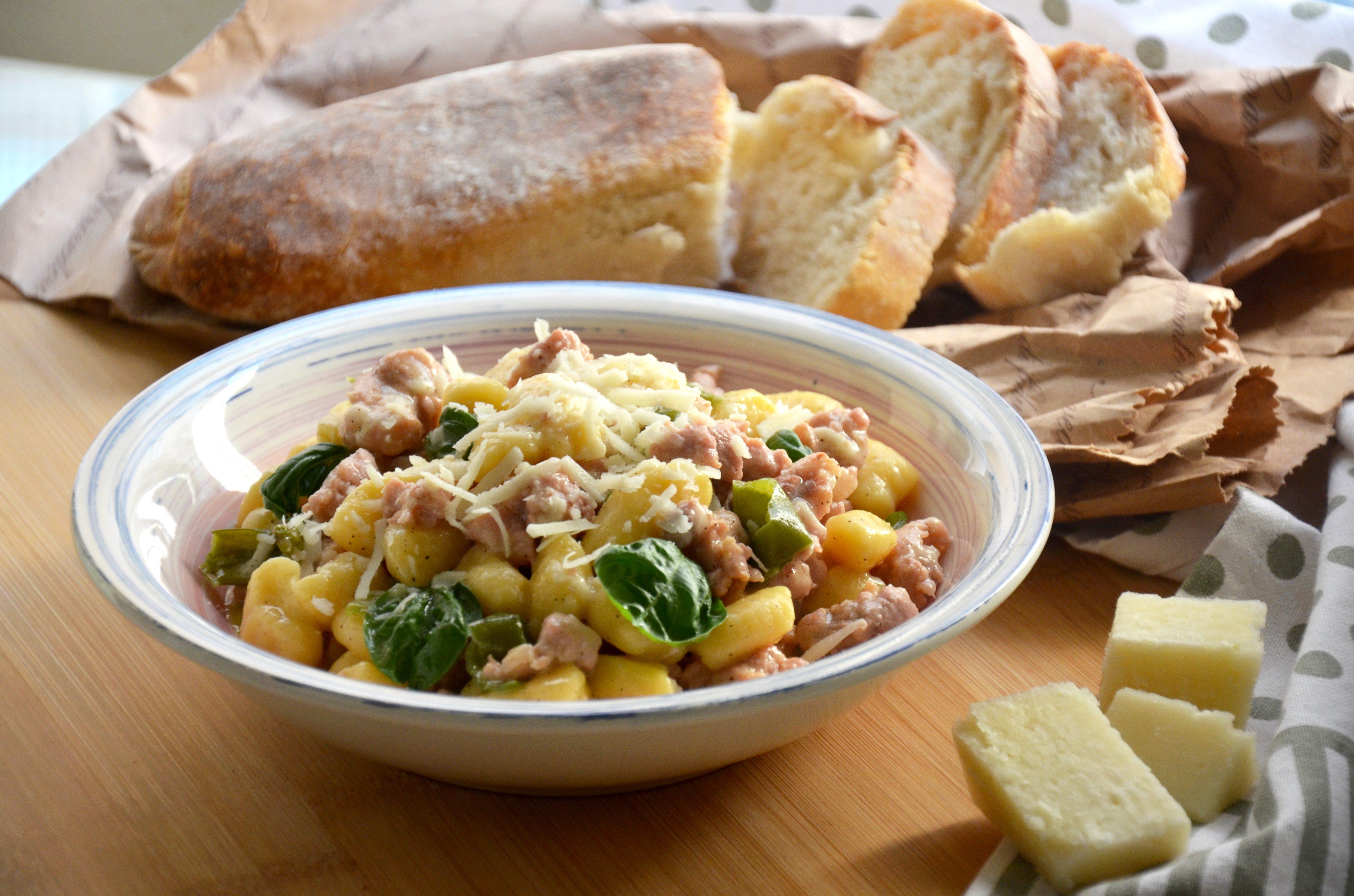 Gnocchi con salsiccia e friggitelli: la ricetta del piatto saporito e cremoso