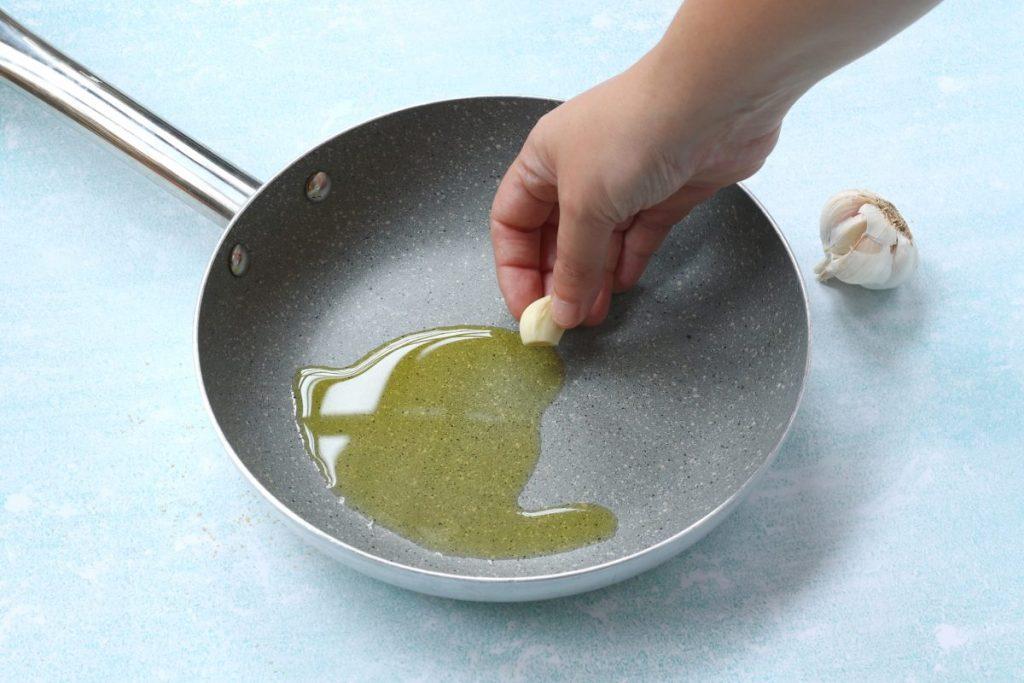 soffriggere l'aglio