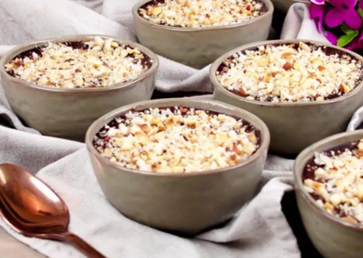 Mousse al cioccolato con granella di nocciole: la ricetta del dessert semplice e goloso