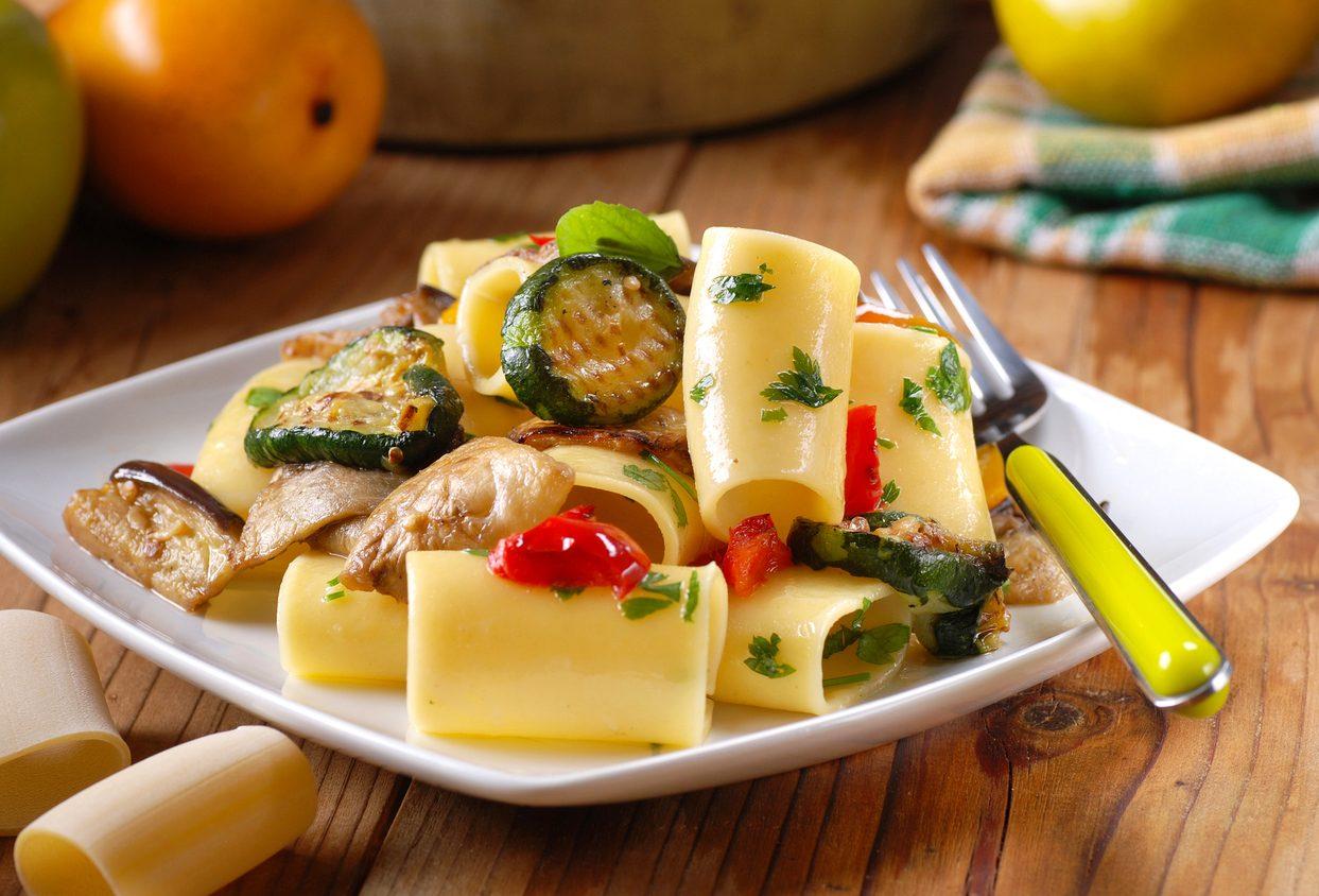 Pasta melanzane e zucchine: la ricetta del primo piatto vegetariano colorato e saporito