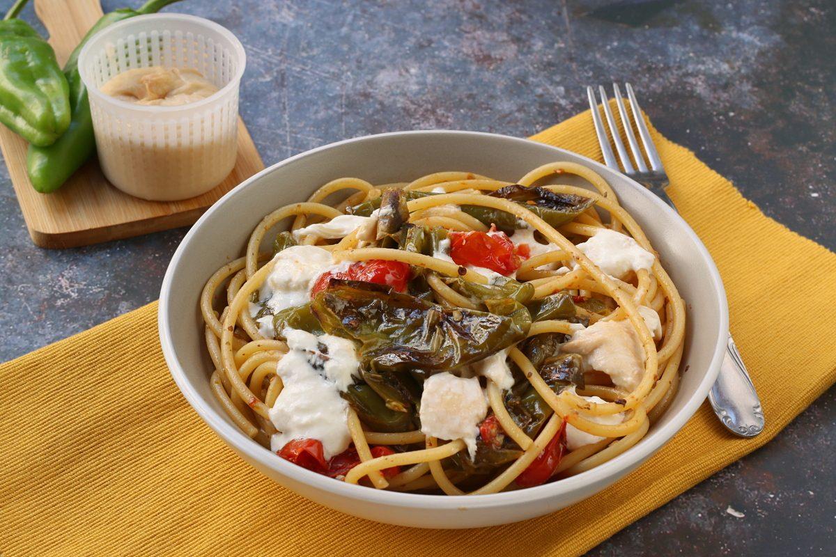 Bucatini con friggitelli e burrata affumicata: la ricetta dell'irresistibile primo piatto