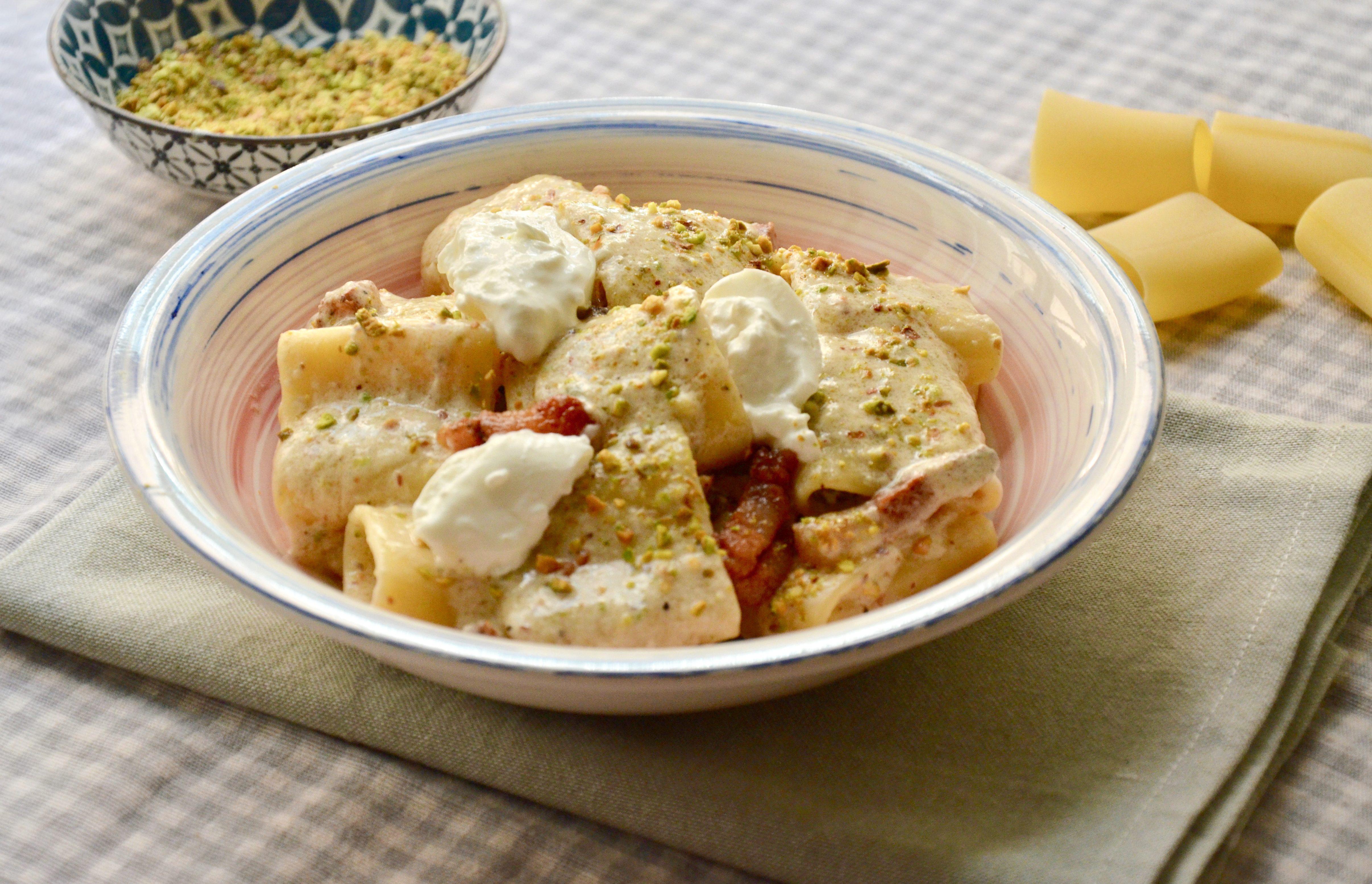 Paccheri con guanciale, crema di burrata e pistacchi: la ricetta del primo super goloso